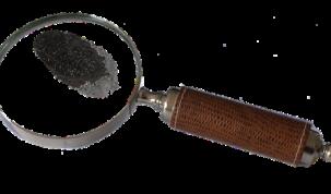 Lupa która pokazuje odcisk palca