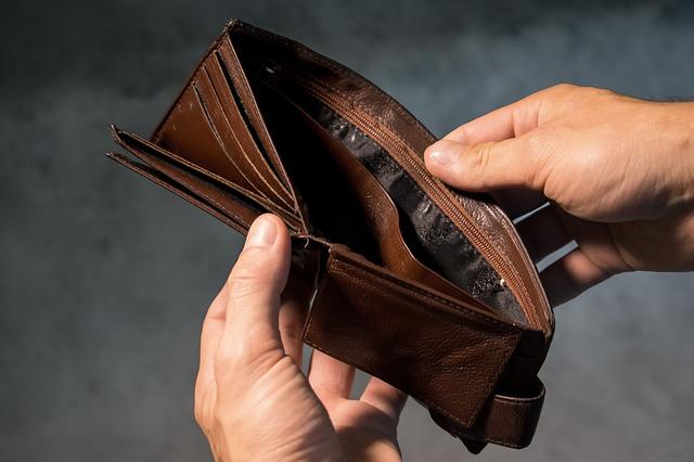 mężczyzna otwierający pusty portfel