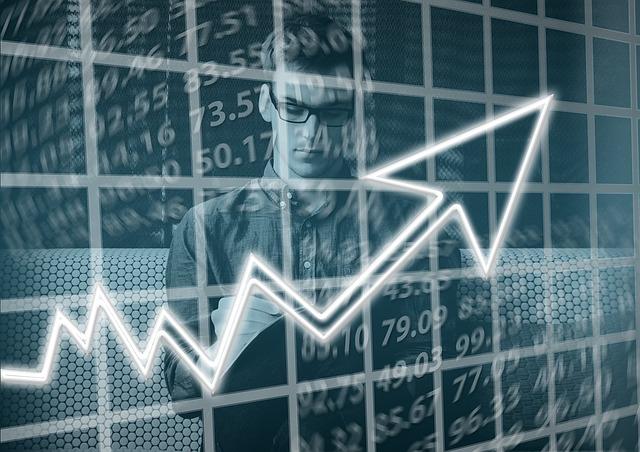 mężczyzna patrzący na wykres