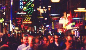 ludzie na ulicach amsterdamu