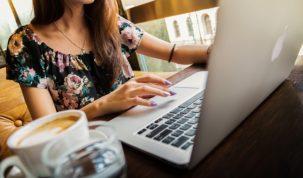 Kobieta przy laptopie zakładająca digid