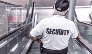 starszy ochroniarz na ruchomych schodach