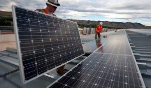 robotnicy montujacy panele słoneczne