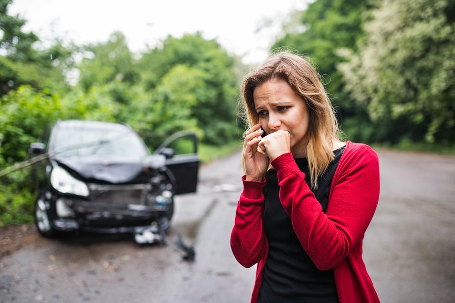 kobieta dzwoniąca po wypadku samochodowym