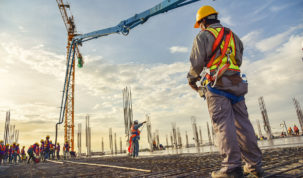 robotnik na placu budowy