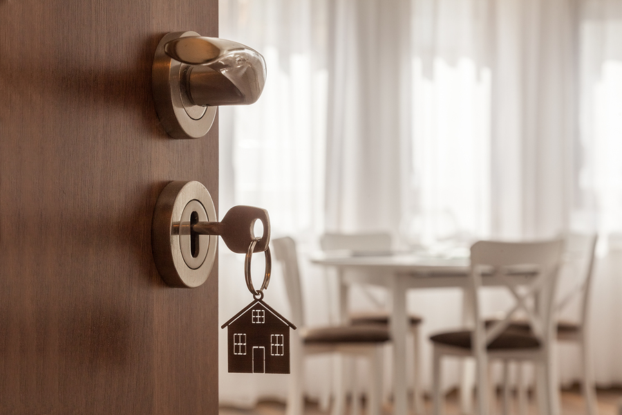 klucz wsadzony do zamka w drzwiach